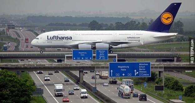 7.這其實是飛機在Liepzig機場降落前經過高速公路時的照片,時間抓得非常剛好吧!