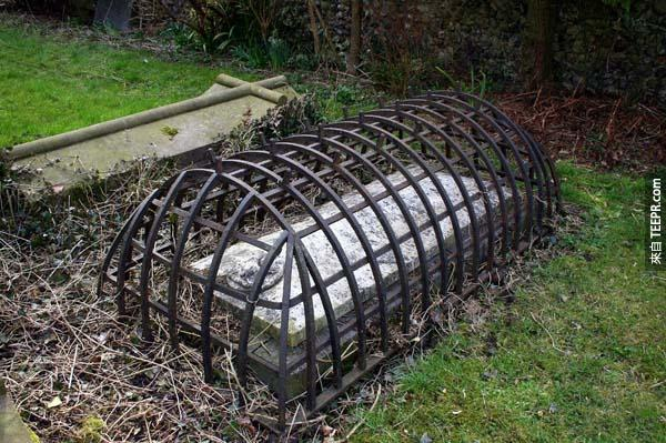 23.)維多利亞時期的一座蓋有鐵籠的墳墓,用意是為了預防吸血鬼從墳墓中爬出。