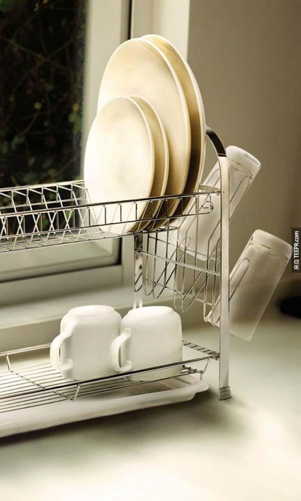 27.)如果你的廚房不大,那這種兩層式碗盤架絕對可以幫你更有效利用空間。