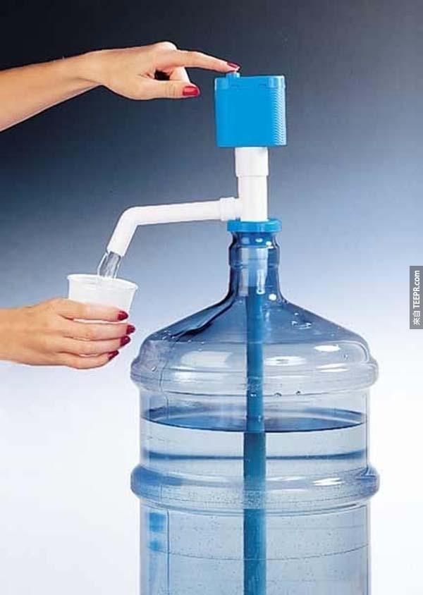 31.)擁有這個便利幫浦,你就不再需要昂貴的飲水機了。