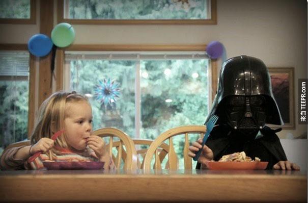 這名父親無法阻止他的孩子玩食物,因此他決定用鬆餅教育他們。