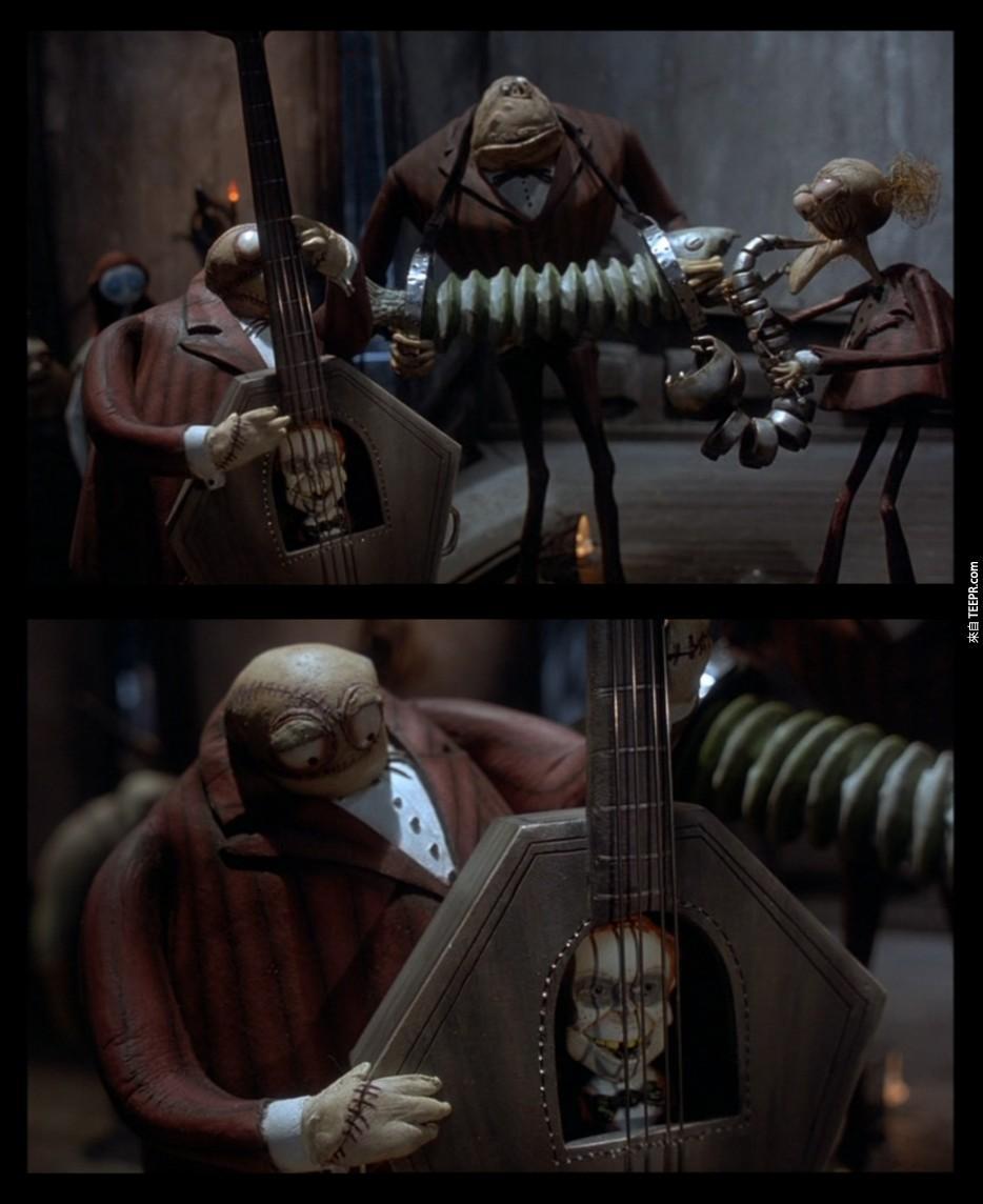 电影圣诞夜惊魂中,可以在吉他中看见Danny Elfman的身影,他也同时出现在多部提姆波顿的电影中,包括辛普森家族、蝙蝠侠等编曲。