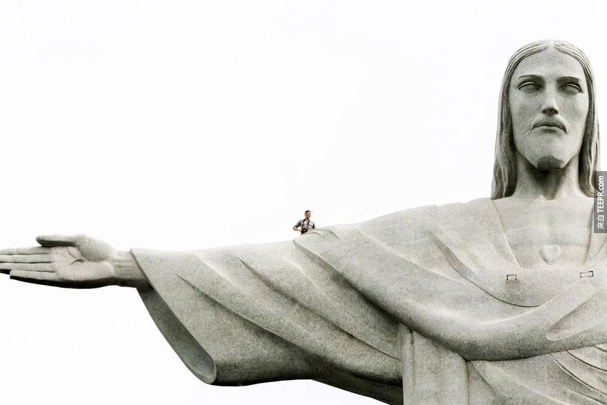 你看得出他在哪裡嗎?因為這張照片是全世界最瘋狂的自拍照。