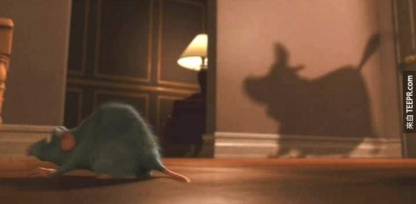 天外奇蹟中Dug也有出现在电影料理鼠王中老鼠产生的影子中。