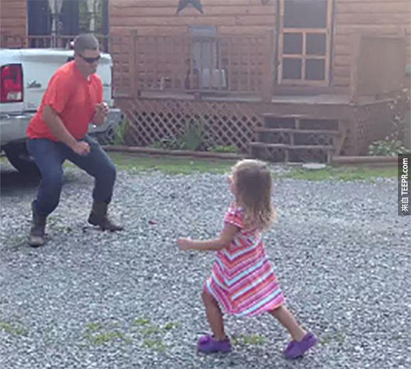 下班的爸爸和小女兒跳的舞是最棒的