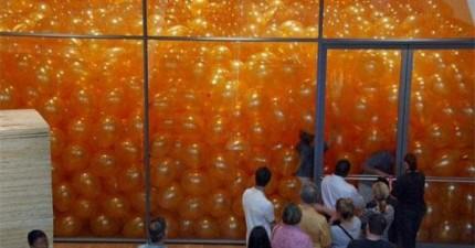 50個人被要求進入一個充滿氣球的房間,就為了證明為什麼我們人類得不到快樂。