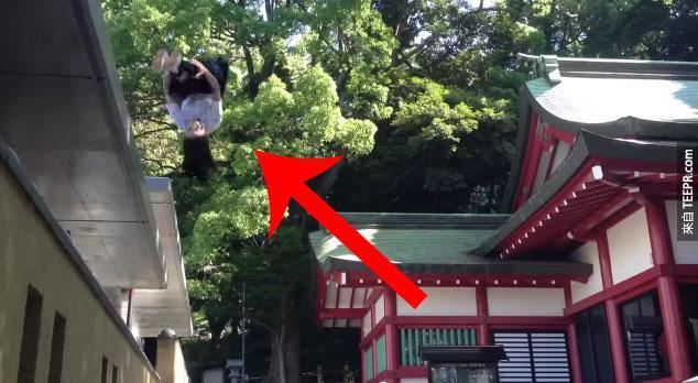 兩個日本女忍者在日本街頭追對方。