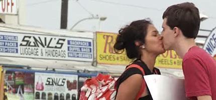 這個長相普通的男生拿著這個牌子就讓很多的陌生美女親吻他。原來這麼簡單阿...!