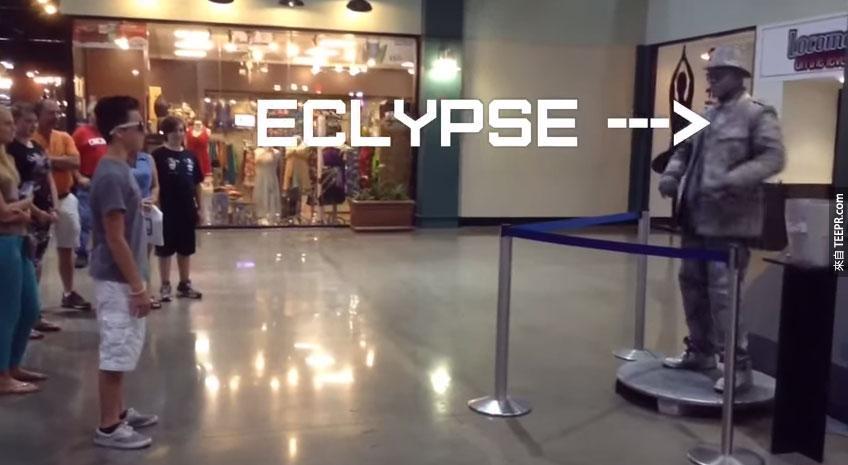 這個男生在百貨公司裡跟一個雕像舞鬥。這真的精采到過分!