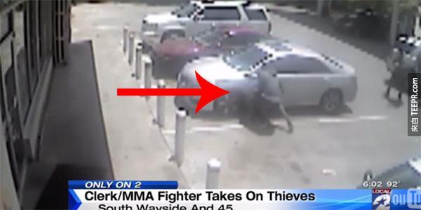 這些笨匪徒不知道他們搶的加油站裡有其中一名員工是一個綜合格鬥冠軍。接下來,「正義」發生了。