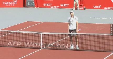 當這名職業網球選手輸球的時候,他用最出乎意料的方式祝賀他的對手。