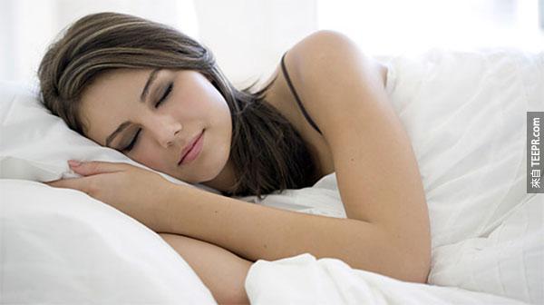 8個為什麼你該裸睡的原因。光是#3就應該足夠說服你了。我今天就要解放!