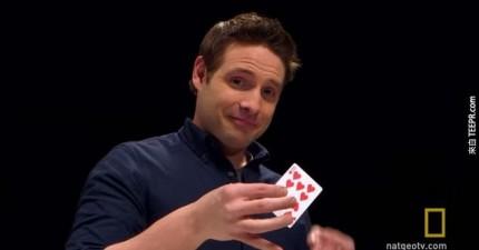 這個人從螢幕裡就可以猜中你選哪張牌。這根本就是巫術!