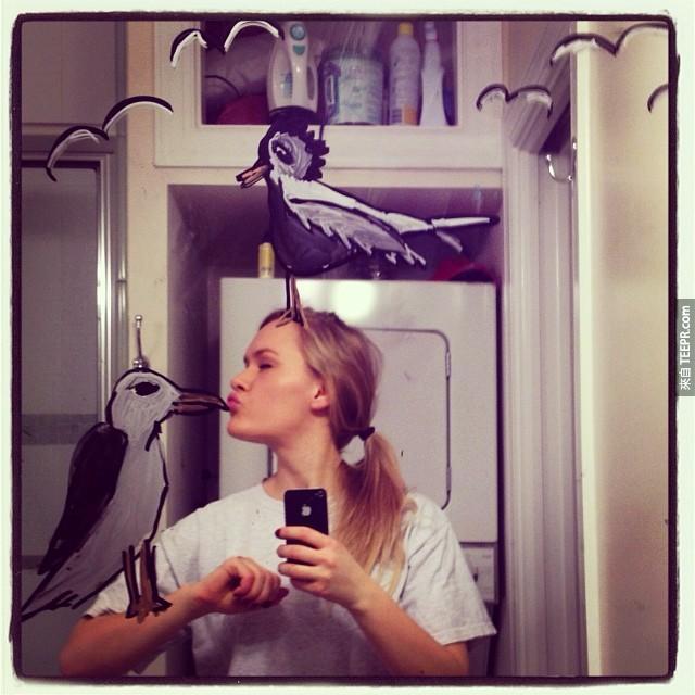 很多人都會在鏡子前自拍,但是沒有人想到要做這個女生所做的事情。她現在已經爆紅了。