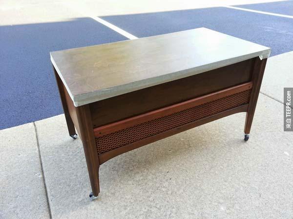 """""""我買了一個二手桌子,只花了7美元,然後我磨了邊緣並將它上漆。"""""""