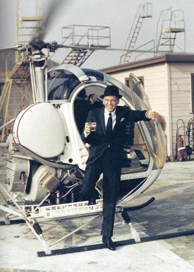 弗蘭克·西納特拉走出直升機的飲品。