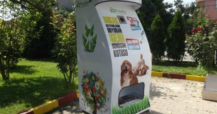 這家公司終於找到方法,可以防止路人隨地丟垃圾又可以餵食流浪動物。這真的太棒了!