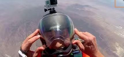 如果你想要在12,500公尺的高空求婚的話,絕對不要像這個人一樣。是很浪漫沒錯,但是...