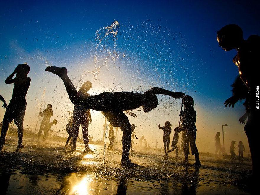 全世界每個國家的孩子玩耍的方式都不一樣,但是他們都有一個共同點。