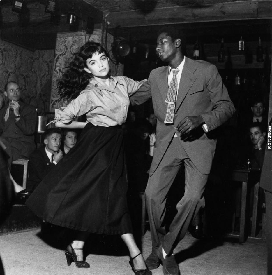 """一對夫婦舞蹈在1950年的""""要打擊""""戲劇大家都期待的。"""