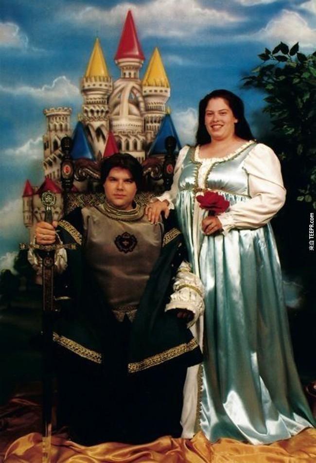 35張必須馬上被藏起來的尷尬訂婚照。但是有可能他們還覺得很驕傲呢...