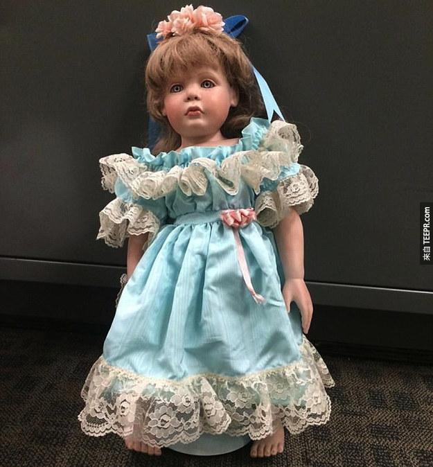 有人在這些人的家門口放下這些恐怖的洋娃娃。但是這還不是最詭異的事情。