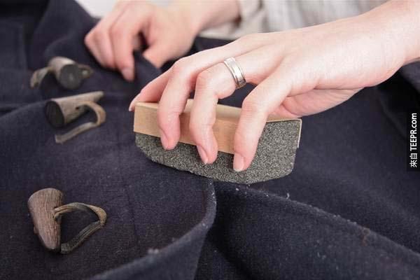 17.) 用浮石來清理大衣上的小棉屑。