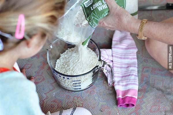 19.) 經痛來需要熱敷袋嗎?試試用襪子裡裝滿米,再放進微波爐加熱,很快的方法,但要小心喔~