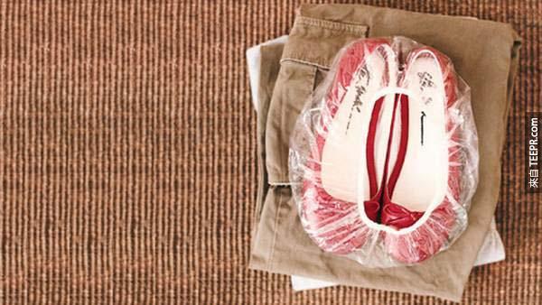 23.) 在打包行李時,可以用浴帽裝鞋來區分衣物。