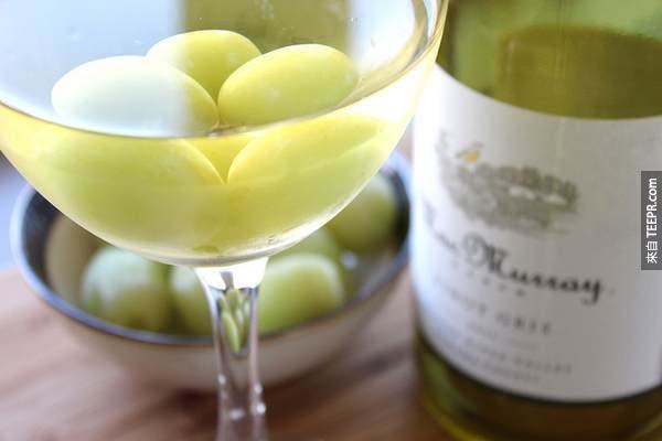 3.) 女生喝冰不好,那試試用冷凍葡萄來使白酒變得冰涼吧!
