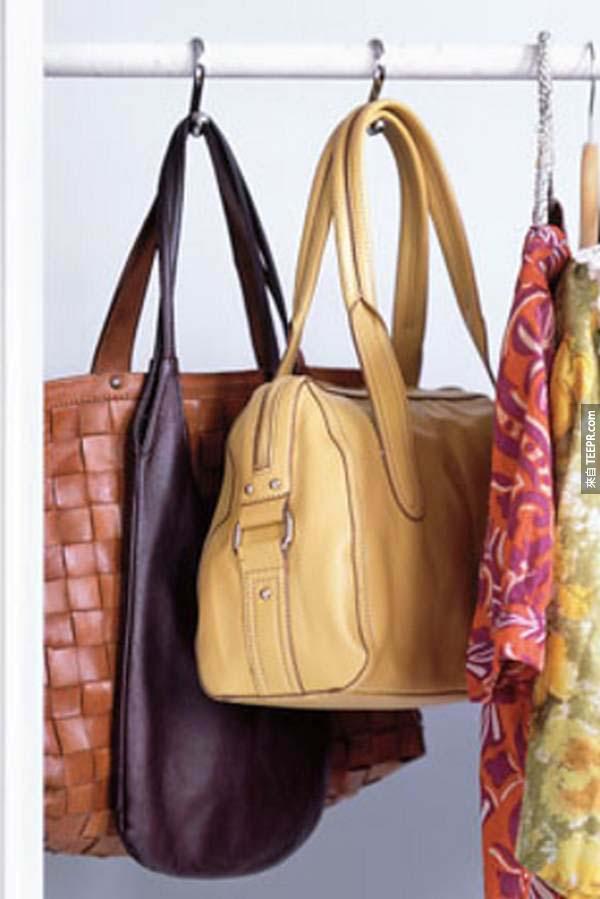 5.) 其實浴室掛勾真的是生活好幫手!把包包或零錢袋這樣掛起來會讓你整理衣物時更方便喔~