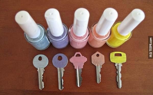 8.) 用指甲油來區分你的鑰匙。(可愛多了~)
