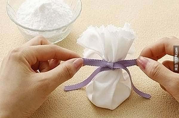 9.) 用小袋子裝點小蘇打粉做成小香袋,放在公寓裡可愛又實用~