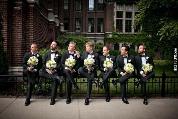 這個新郎覺得準備婚禮很無聊,所以他和他的伴郎一邊準備,順便拍下這20張逗趣的照片。