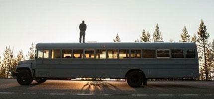 這個人受到夠了付房租的生活,因此他買了一台巴士然後改變了他的一生。