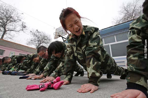 中國大陸處罰這些上癮的人民的方法真的很過分。你在大陸的話也有可能是這個下場。