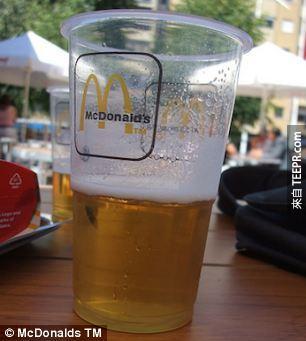 24. 在歐洲你可以一邊吃漢堡,一邊喝啤酒。(喔耶!)