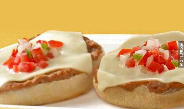 27. 在墨西哥的特色餐點是表面淋上豆泥、起司和番茄沙拉的漢堡。