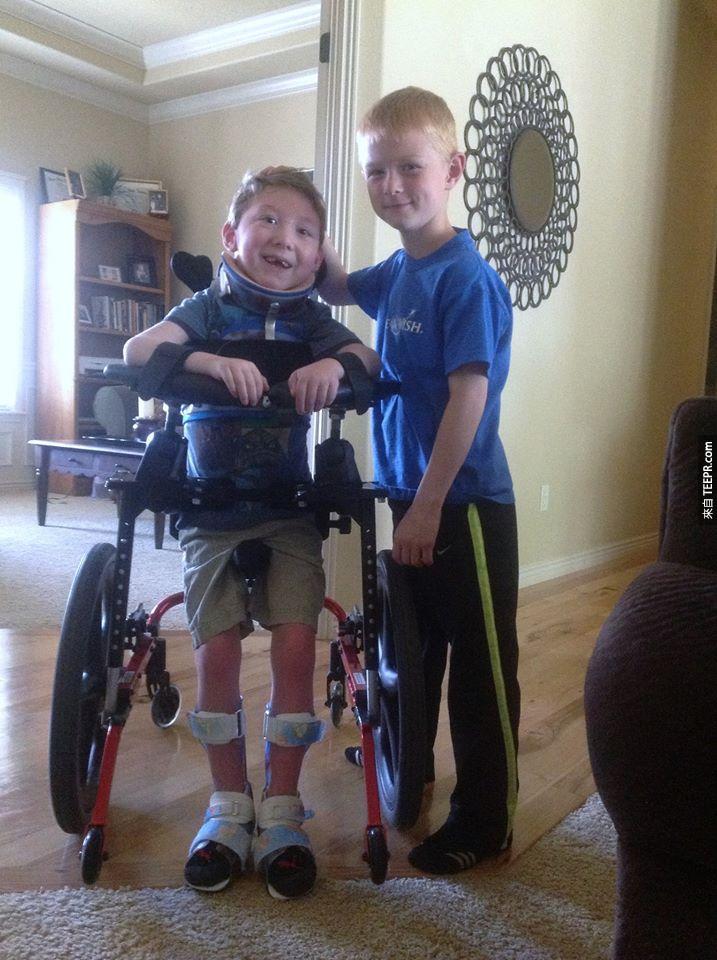 這個8歲的小男生基本上背著他的弟弟完成鐵人三項。聽原因之前請先準備一包衛生紙!