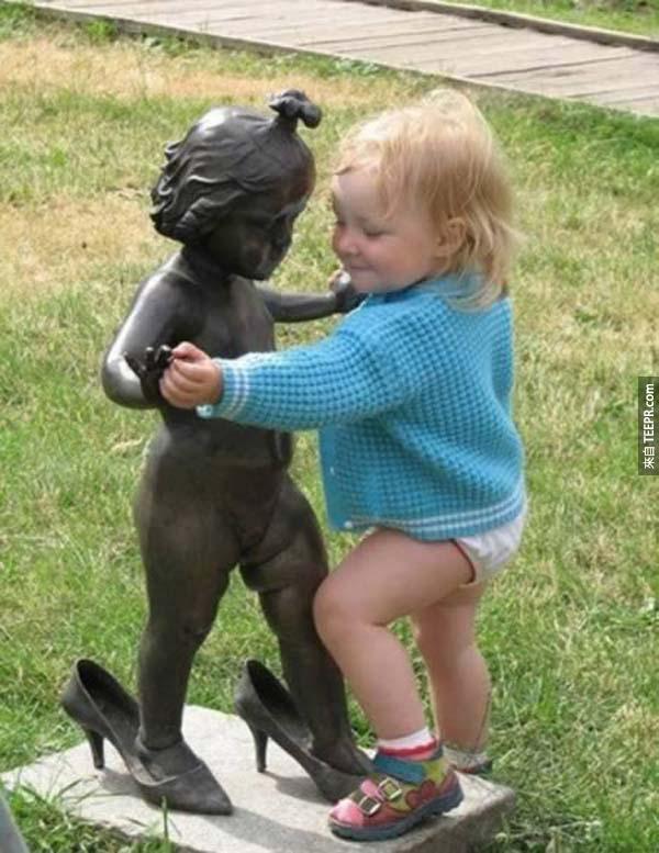 32個看到雕像然後做了欣賞之外的事情的人。