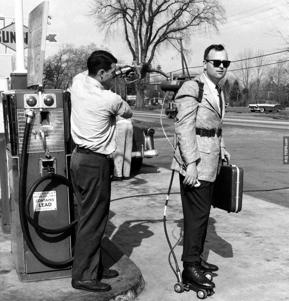 一個推銷員有加油在一個加油站(1961)他的電動旱冰鞋。