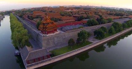 他被公安抓起來,就因為這支用無人飛機非法拍攝北京的影片。