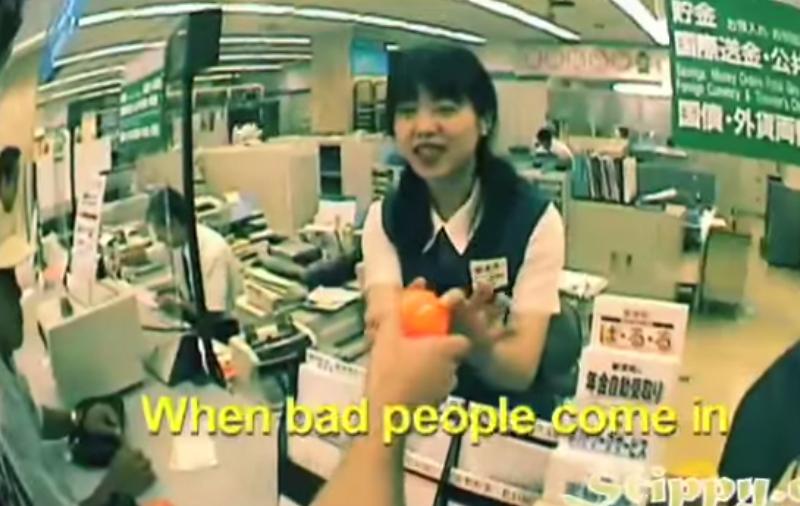 這名在日本的老外不知道為什麼每家店裡面都有一個橘色的球,直到他們示範給他看。