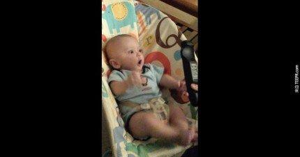 這個小寶寶靠近遙控器的時候會完全失控。他的表情真的很無價。