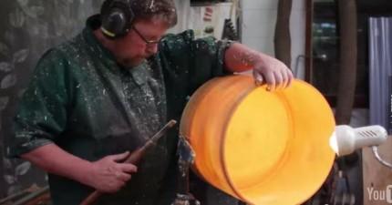 看看這名神匠怎麼把一個大樹幹變成這個超棒的傑作。
