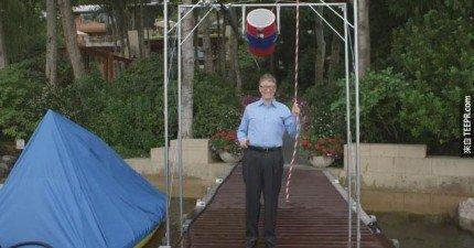 比爾蓋茲接受了薩克伯的公益挑戰,用最逗趣的方式把一桶冰水倒在自己的身上。
