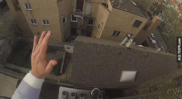 特技演員Ethan-Swanson跳下屋頂