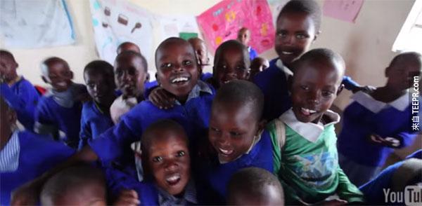 這些小孩子一無所有,但是他們有全世界最富有的開懷笑容。