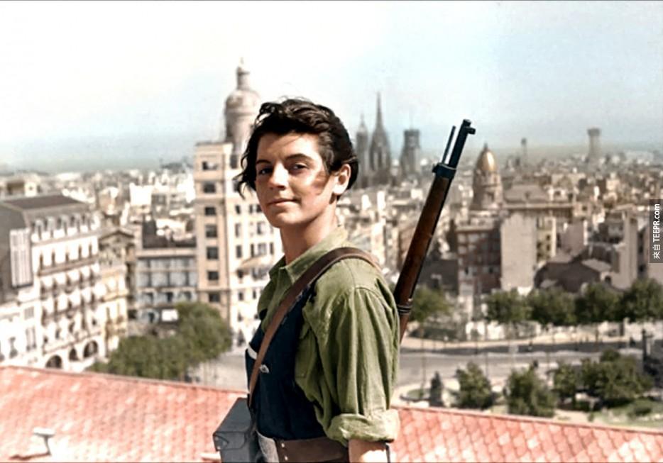 Marina Ginesta,一位17歲的共產黨士兵。在西班牙內戰時遠眺巴塞隆納。(1936年)