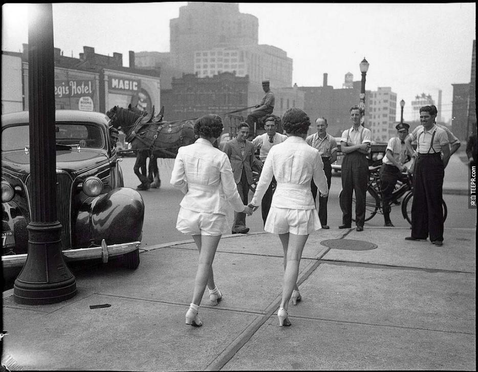 在多倫多,兩位女性第一次將雙腿展露給大眾。(1937年)